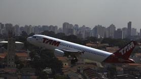 Un Airbus A320  de Latam despega del aeropuerto Congonhas en Sao Paulo. Imagen de archivo, 17 enero, 2014.  El grupo LATAM Airlines, la mayor empresa de transporte aéreo de América Latina, reportó el jueves un aumento interanual del 2,6 por ciento en su tráfico de pasajeros en septiembre, impulsado principalmente por sus operaciones en países de habla hispana. REUTERS/Nacho Doce