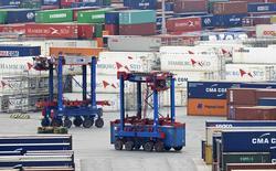 Le port de Hambourg, jeudi. Les exportations allemandes ont baissé de 5,8% en août, leur recul le plus marqué depuis janvier 2009, au plus fort de la crise financière. /Photo prise le 9 octobre 2014/REUTERS/Fabian Bimmer