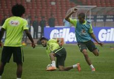 Neymar (C) participa de treino do Brasil em Pequim nesta sexta-feira.  REUTERS/Jason Lee