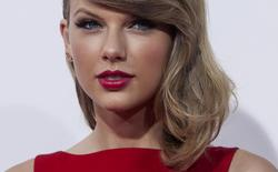 "Actress and singer Taylor Swift attends the premiere of ""The Giver"" in New York  in this August 11, 2014 file photo. REUTERS/Eric Thayer/Files"