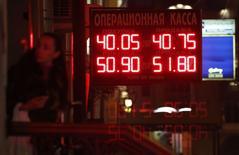 Вывеска пункта обмена валюты в Москве 10 октября 2014 года. Рубль возобновил снижение в понедельник после краткой утренней паузы. Падение нефтяных цен и локальный дефицит валюты при ограничении доступа к западным ресурсам перебили позитивные эффекты от снижения доллара на форексе, обещания ЦБР запустить валютное репо, надежды на улучшение геополитической ситуации после решения РФ отвести войска от границы с Украиной и приближение очередного налогового периода - всё что пытались отыграть утром некоторые участники рынка. REUTERS/Tatyana Makeyeva
