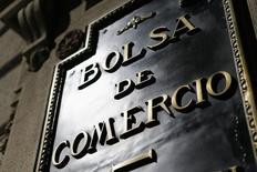 El logo de la bolsa de comercio visto en el distrito financiero en el centro de Santiago. Imagen de archivo, 25 agosto, 2014. Los títulos del grupo energético chileno CGE se disparaban casi un 30 por ciento el lunes en la bolsa local, luego de que la española Gas Natural lanzó una millonaria Oferta Pública de Acciones (OPA) por la totalidad de sus papeles. REUTERS/Ivan Alvarado