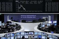 Déprimées par un nouvel indicateur inquiétant en provenance d'Allemagne, les Bourses européennes accentuent leurs pertes mardi à mi-séance en dépit de la perspective d'une stabilisation de Wall Street en ouverture. À Paris, le CAC 40 perdait 0,86% à 13h00. Le Dax reculait de 0,72% à Francfort et le FTSE de 0,51% à Londres. /Photo prise le 14 octobre 2014/REUTERS