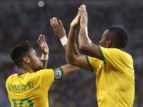 Neymar comemora com Robinho após marcar um dos quatro gols na goleada de 4 x 0 do Brasil sobre o Japão em amistoso em Cingapura. 14/10/2014 REUTERS/Edgar Su