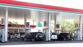 Imagen de archivo de una serie de autos en una gasolinera de Dubái, jun 11 2012. Aún atormentado por su fallido intento de evitar una caída brusca de los precios del petróleo con un enorme recorte de la producción en la década de 1980, Arabia Saudita, el mayor exportador de crudo del mundo, está determinado a no cometer el mismo error.  REUTERS/Ghazal Watfa