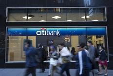 Люди проходят мимо отделения Citibank в Нью-Йорке 15 октября 2013 года. Citigroup Inc  что прекращает банковское обслуживание клиентов на 11 рынках, включая Японию и Египет, поскольку намерен снизить высокие расходы. REUTERS/Andrew Kelly
