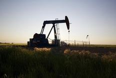 Un extractor de petróleo en un campo cerca de Calgary. Imagen de archivo, 21 julio, 2014.  El petróleo Brent cayó a nuevos mínimos de 47 meses el miércoles antes de recuperarse, pero apenas sobre 84 dólares por barril, en momentos en que un débil crecimiento económico mundial reduce la demanda por combustible en medio de un exceso de oferta.  REUTERS/Todd Korol