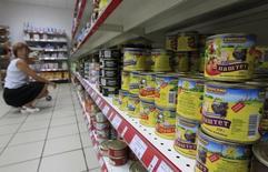 Женщина выбирает продукты в магазине в Москве 1 августа 2012 года. Инфляция в России за период с 7 по 13 октября составила 0,2 процента, как и предыдущие три недели, сообщил Росстат. REUTERS/Sergei Karpukhin