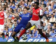Chelsea's Nemanja Matic (L) challenges Arsenal's Danny Welbeck during their English Premier League soccer match at Stamford Bridge in London October 5, 2014. REUTERS/Stefan Wermuth