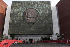 El frontis del edificio del congreso mexicano en Ciudad de México, nov 30 2012. Una comisión de legisladores aprobaría el miércoles la Ley de Ingresos del presupuesto de México del 2015, con una leve baja en la estimación del precio del barril de petróleo, que sería compensada con una mayor paridad cambiaria. REUTERS/Tomas Bravo