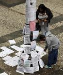 Unas personas observan unos anunciones de empleo colocados en el centro de Sao Paulo, Brasil, ago 13 2014. La economía brasileña sumó 123.785 empleos netos en septiembre, una cifra inferior a lo esperado y la más baja para el mes desde 2001, informó el miércoles el Ministerio del Trabajo. REUTERS/Paulo Whitaker