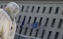 La Banque centrale européenne (BCE) a réduit la décote qu'elle applique sur les obligations que les banques grecques apportent comme garantie pour emprunter à ses guichets, ce qui leur permet d'accéder à davantage de liquidités, a dit à Reuters un responsable de la banque centrale grecque. /Photo d'archives/REUTERS/Yiorgos Karahalis