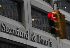 Вывеска на здании Standard & Poor's в Нью-Йорке 5 февраля 2013 года. Российские банки столкнутся с недостатком капитала для роста из-за увеличения расходов на резервы под проблемные долги и снижения прибыли на фоне скакнувшей стоимости фондирования, приближающейся к уровню кризисного 2009 года, говорится в отчете международного рейтингового агентства S&P. REUTERS/Brendan McDermid