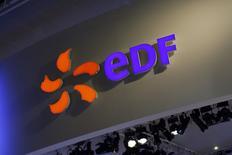 Dans un marché déprimé, EDF (-6,7%) accuse la plus forte baisse du CAC 40 jeudi, pénalisé par les incertitudes entourant l'actionnariat du groupe. /Photo prise le 15 octobre 2014/REUTERS/Benoît Tessier