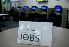 Les inscriptions hebdomadaires au chômage ont diminué aux Etats-Unis lors de la semaine au 11 octobre, à 264.00 contre 287.000 (confirmé) la semaine précédente, soit leur plus bas niveau depuis avril 2000, /Photo d'archives/REUTERS/Robert Galbraith