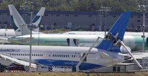 Un grupo de trabajadores ajustando la cola de un Boeing 787-8 Dreamliner en la planta de la firma en Everett, EEUU, ago 7 2014. La actividad fabril en la zona norte de la costa este de Estados Unidos creció en octubre a un ritmo menor que en septiembre, pero el avance fue ligeramente mejor de lo esperado, mostró un sondeo el jueves. REUTERS/Jason Redmond