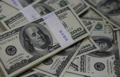 Una serie de billetes de 100 dólares en una ilustración fotográfica en un banco de Seúl, ago 2 2013. El dólar se recuperaba el jueves por la interpretación de que la ola de ventas del día anterior había sido exagerada, dada la fortaleza relativa de la economía de Estados Unidos y el compromiso de la Reserva Federal por ajustar su política monetaria. REUTERS/Kim Hong-Ji