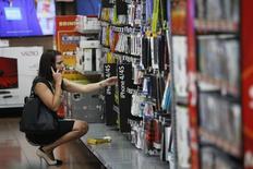 Una mujer realizando unas compras en un supermercado de la cadena Walmart en Rogers, EEUU, jun 7 2013. Aunque la aparición del mortal virus del Ébola en Texas causa preocupación en el país, aún no ha hecho que los estadounidenses adopten una visión más cautelosa sobre cómo gastan su dinero, sugirieron datos publicados el viernes.    REUTERS/Rick Wilking