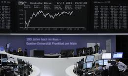 Un grupo de operadores en la bolsa de comercio alemana en Fráncfort, oct 17 2014. Un índice paneuropeo anotó el viernes su mayor subida diaria en tres años, tras un sólido dato de la economía estadounidense que alimentó un rebote después de una intensa ola de ventas y especulaciones sobre política monetaria que estabilizaron los bonos soberanos de la zona euro.     REUTERS/Remote/Stringer