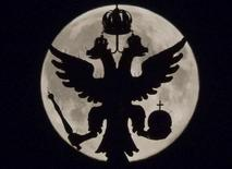 Двуглавый орел на фоне суперлуны в Москве 10 августа 2014 года. Международное рейтинговое агентство Moody's понизило кредитный рейтинг России на один пункт - до Baa2 с Baa1, отметив, что затяжной украинский кризис повлиял на среднесрочные перспективы роста экономики РФ. REUTERS/Maxim Shemetov