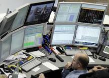 Трейдер на бирже во Франкфурте-на-Майне 16 октября 2014 года. Европейские фондовые рынки снижаются под давлением акций технологических фирм. REUTERS/Stringer