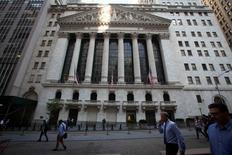 Wall Street a ouvert en dans le désordre lundi, dans la foulée d'une quatrième semaine consécutive de repli du S&P-500, les résultats décevants d'IBM incitant les investisseurs à la prudence. Quelques minutes après le début des échanges, le Dow Jones perd 0,47%, le S&P-500 avance de 0,06% et le Nasdaq prend 0,27%. /Photo prise le 4 août 2014/REUTERS/Carlo Allegri