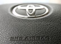 Toyota a décidé de rappeler 247.000 véhicules en raison d'un risque de défaillance d'airbags fabriqués par l'équipementier japonais Takata signalé par les autorités américaines de la sécurité routière. /Photo d'archives/REUTERS/Heinz-Peter Bader