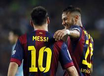 Jogadores do Barcelona Lionel Messi e Neymar comemoram gol marcado contra o Eiber em partida pelo Campeonato Espanhol no estádio Camp Nou, em Barcelona. 18/10/2014.  REUTERS/Albert Gea