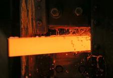 Una barra de cobre en la planta Uralelektromed en Verkhnyaya Pyshma, Rusia, oct 17 2014. El aumento de la producción minera no conducirá necesariamente a un excedente en el mercado de cátodos de cobre refinado el año próximo, en un momento en que las fundiciones están repletas de material en bruto, afirmó el lunes Aurubis, principal fundición de cobre de Europa. REUTERS/Maxim Shemetov