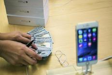 Apple a publié lundi un chiffre d'affaires meilleur que prévu grâce au meilleur lancement d'iPhone que la firme à la pomme ait connu, le smartphone - l'iPhone 6 et 6 Plus - ayant représenté des ventes de 39,27 millions d'unités, en hausse de 16%, durant le quatrième trimestre. /Photo prise le 19 septembre 2014/ REUTERS/Adrees Latif