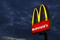 Un cartel de un restaurante McDonald's es fotografiado en Encinitas, California. Imagen de archivo, 09 septiembre, 2014. McDonald's Corp reportó una caída del 30 por ciento en sus ganancias trimestrales, golpeada por un escándalo de alimentos en China y una intensa competencia en Estados Unidos. REUTERS/Mike Blake