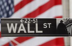 Wall Street a ouvert en hausse mardi après une salve de résultats trimestriels, le marché saluant notamment les performances d'Apple et Texas Instruments, deux composantes du Nasdaq. L'indice Dow Jones gagne 0,39%, le Standard & Poor's 500, plus large, progresse de 0,79% et le Nasdaq Composite, à forte pondération technologique, prend 1,09%. /Photo d'archives/REUTERS/Chip East