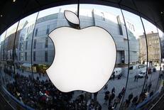 Personas frente a una tienda de Apple mientras esperan la venta de un modelo de iPad en Munich. Imagen de archivo, 16 marzo, 2012. La fuerte demanda global por el iPhone 6 empujará al alza el crecimiento de los ingresos de Apple Inc en el 2015, mientras que los modelos actualizados deberían ayudar a revertir tres trimestres seguidos de declive en las ventas del iPad, dijeron analistas. REUTERS/Michaela Rehle