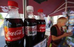 Botellas de Coca-Cola a la venta en el centro de San Petersburgo. Imagen de archivo, 06 agosto, 2014. Coca-Cola Co anunció que sus ganancias trimestrales cayeron un 14 por ciento y que está ampliando sus planes de reducción de costos, en momentos en que disminuyen los volúmenes de bebidas carbonatadas en Norteamérica. REUTERS/Alexander Demianchuk