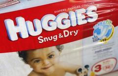 Kimberly-Clark a annoncé mardi la suppression de 1.100 à 1.300 emplois après la scission de son activité hygiène aux Etats-Unis le 31 octobre. Le fabricant des mouchoirs Kleenex et des couches Huggies employait 57.000 personnes au 3& décembre, dont 16.000 environ dans l'hygiène. /Photo d'archives/REUTERS/Joe Skipper