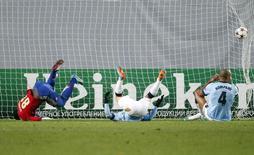 Jogadores do Manchester City não conseguem salvar gol de Doumbia, do CSKA Moscou, nesta terça-feira, no empate de 2 x 2.   REUTERS/Maxim Zmeyev