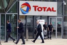 Total est une des valeurs à suivre mercredi à mi-séance à la Bourse de Paris où il est recule d'enviorn 0,5%, le groupe pétrolier devant tenir un conseil d'administration afin d'examiner les modalités de la succession à sa tête après la mort accidentelle de son PDG, Christophe de Margerie. /Photo prise le 21 octobre 2014/REUTERS/Charles Platiau