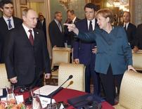 Президент России Владимир Путин и канцлер Германии Ангела Меркель на переговорах в Милане 17 октября 2014 года. Лидеры стран Евросоюза в ходе встречи на этой неделе не намерены обсуждать ослабление санкций, наложенных на Россию в связи с аннексией Крыма и дальнейшим кризисом на охваченной войной Украине, сообщили европейские дипломаты. REUTERS/Daniel Dal Zennaro/Pool