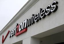 Una tienda de Verizon en Del Mar, EEUU, jun 6 2013. Verizon lanzó tres tramos de bonos por un monto de 6.500 millones de dólares, mayor al esperado por el mercado, ante la sólida demanda de los inversionistas, informó IFR, un servicio de información financiera de Thomson Reuters.   REUTERS/Mike Blake