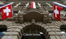 Crédit Suisse fait preuve d'un optimisme prudent pour la fin d'année, tout en ayant publié jeudi un bénéfice dépassant largement le consensus au troisième trimestre. /Photo prise le 31 juillet 2014/REUTERS/Arnd Wiegmann