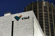 Vista del logo de la compañía Vale en sus oficinas en Rio de Janeiro. Imagen de archivo, 20 agosto, 2014. La minera brasileña Vale produjo 85,7 millones de toneladas de mineral de hierro en el tercer trimestre, el nivel más alto en la historia de la empresa, al aumentar la producción en un intento por compensar la baja de los precios. 2014. REUTERS/Pilar Olivares
