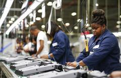 La croissance du secteur manufacturier américain a ralenti en octobre à son rythme le plus faible depuis juillet, les nouvelles commandes tombant au plus bas depuis janvier. /Photo d'archives/REUTERS/Chris Keane