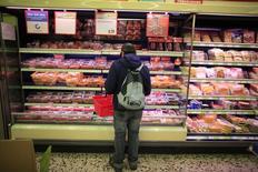 Una persona realizando compras en un supermercado en Múnich, oct 10 2013. La confianza del consumidor en la zona euro desafió las expectativas del mercado de un quinto mes consecutivo de declives y subió ligeramente en octubre, según mostró el jueves una estimación de la Comisión Europea. REUTERS/Marcelo del Pozo