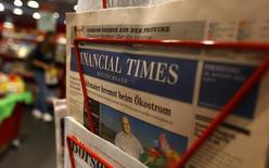 Le titre Pearson reculait de près de 3% vendredi à la Bourse de Londres après l'annonce par le groupe d'édition britannique, propriétaire du Financial Times, d'un chiffre d'affaires sur neuf mois inchangé ainsi que le départ de son directeur financier. /Photo d'archives/REUTERS/Kai Pfaffenbach
