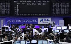Les Bourses européennes reculent à la mi-séance. À Paris, le CAC 40 recule de 0,55% à 4.134,46 points vers 11h30 GMT. À Francfort, le Dax cède 0,55% et à Londres, le FTSE 0,33%. /Photo prise le 24 octobre 2014/REUTERS