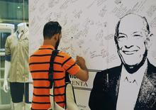 A fan of Dominican-born fashion designer Oscar de la Renta leaves messages of condolence in the window of a store carrying his brand in Santo Domingo, October 22, 2014. REUTERS/Ricardo Rojas