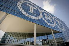 Le groupe néerlandais de logistique et de messagerie TNT Express fait état d'un chiffre d'affaires en recul et d'une perte au troisième trimestre, conséquence de la stagnation de la demande sur ses principaux marchés et des provisions passées pour couvrir les coûts d'une enquête antitrust en France. Sur juillet-septembre, le groupe a accusé une perte d'exploitation de 47 millions d'euros pour un chiffre d'affaires de 1,65 milliard, en recul de 2% sur un an. /Photo d'archives/REUTERS/Robin van Lonkhuijsen/United Photos