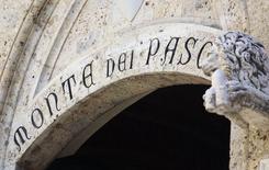 La entrada al banco Monte dei Paschi di Siena en sus oficinas en el centro de Siena. Imagen de archivo, 16 agosto, 2014. Las acciones del banco italiano Monte dei Paschi se hundían el lunes después de que una prueba de solvencia hallara que tiene la mayor carencia de capital entre los bancos europeos. REUTERS/Stefano Rellandini