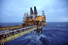 Una sección de una plataforma petrolera de BP vista en el Mar del Norte, 100 millas al este de Aberdeen. Imagen de archivo, 24 febrero, 2014. La desaceleración del mercado mundial de perforaciones petroleras mar adentro podría durar hasta el 2016, más tiempo de lo previsto hace pocos meses, debido a que una caída en los precios del crudo exacerbó la menor actividad, dijo el martes el presidente ejecutivo de Maersk Drilling. REUTERS/Andy Buchanan/pool