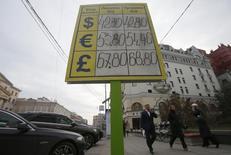 Щит с курсами валют в Москве 28 октября 2014 года. Рубль обновил все минимумы, а ЦБР пять раз сдвинул валютный коридор в первые три часа биржевых торгов среды за счет физического и спекулятивного спроса на валюту в условиях её дефицита из-за западных санкций и необходимости погашать внешние займы, а также на фоне по-прежнему низких цен на нефть. REUTERS/Maxim Shemetov